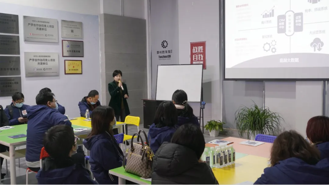 潭州教育董事长谢辉艳向培训班一行介绍公司情况