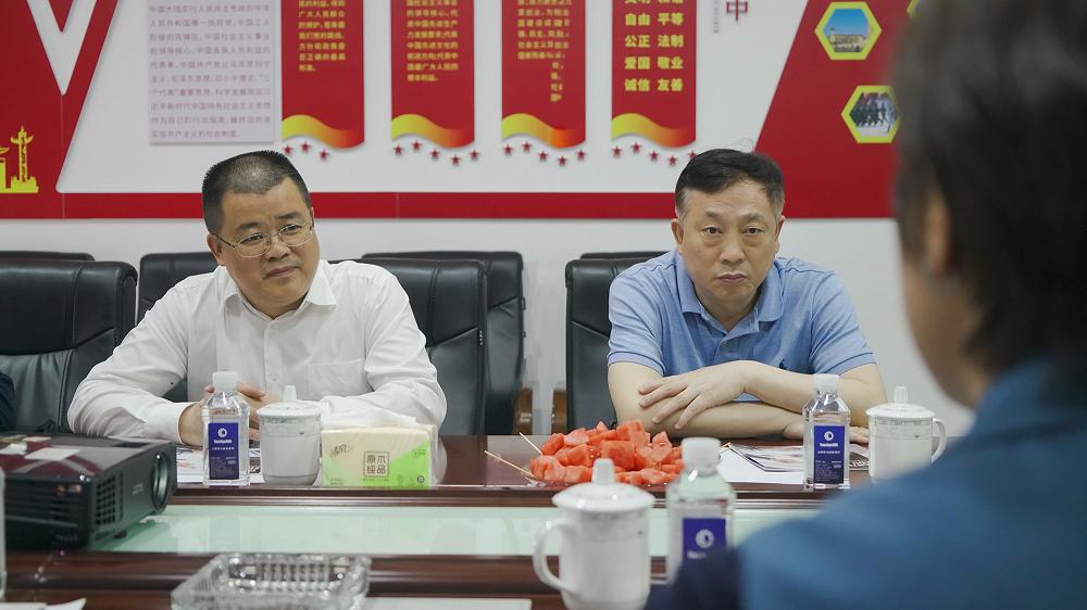 省工信厅总经济师熊琛(左一)和省工信厅炒股配资 化和软件服务业处处长李红亮(左二)