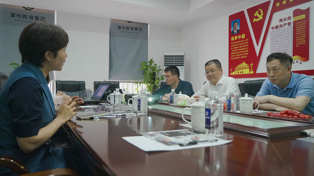潭州教育董事长谢辉艳向熊琛总经济师一行介绍企业发展状况