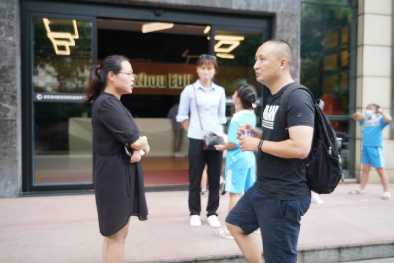 潭州配资查询 人力资源与行政管理总监廖转银(左一)和学生家长(左二)
